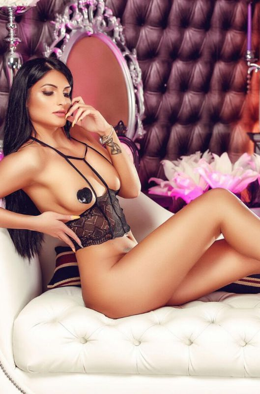 Carlotta Tall And Busty Escort