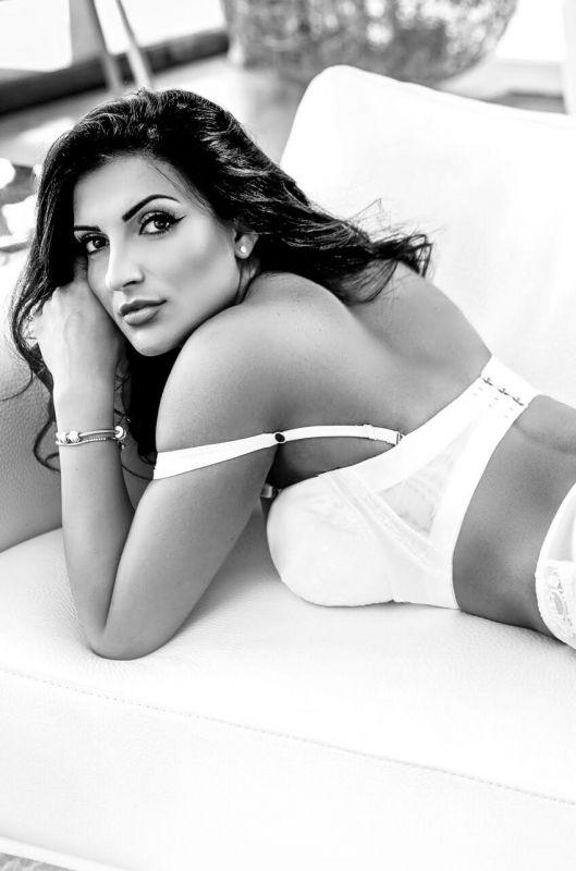 Fernanda Busty Escort